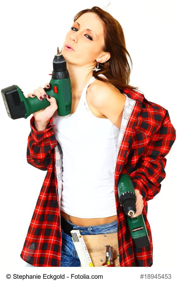 Hübsche Frau mit Akkuschrauber