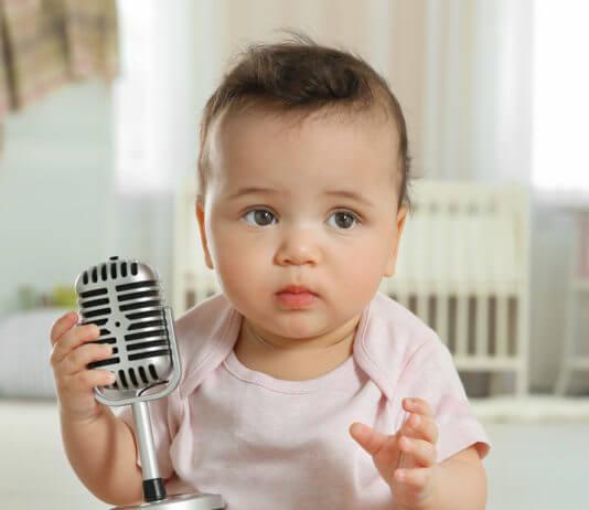 Baba mikrofonnal