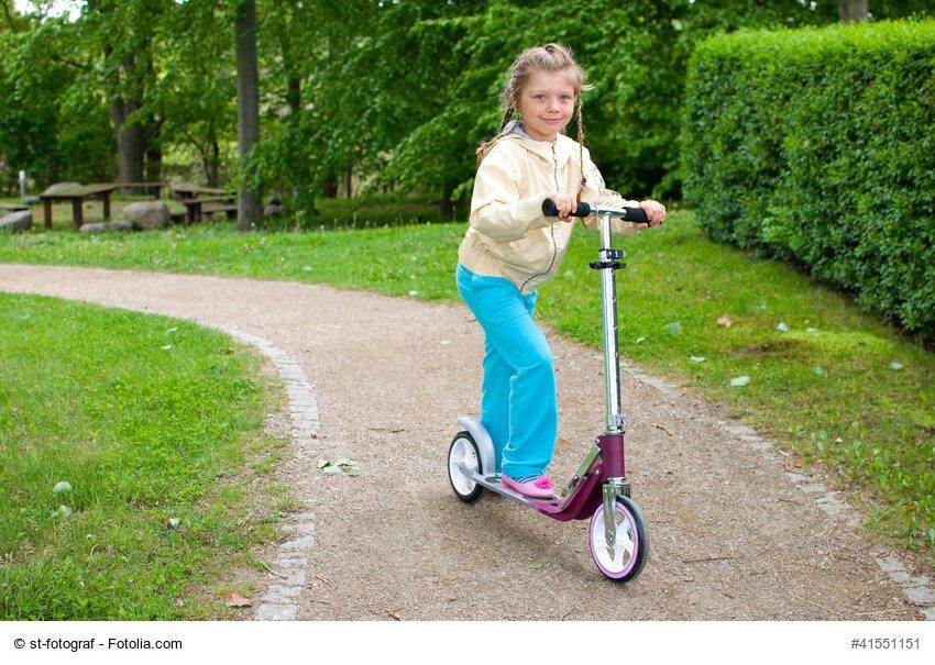паркта мотороллеринен менен Girl