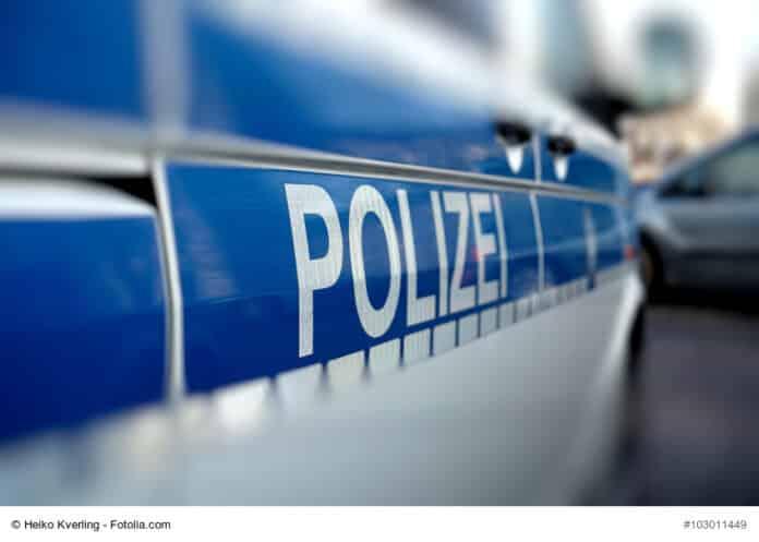 Polizeiauto az út szélén