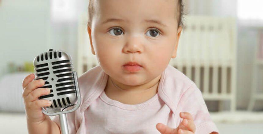 Baby mit Mikrofon