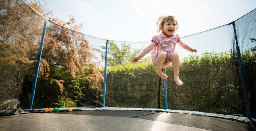 Kleines Kind auf Trampolin